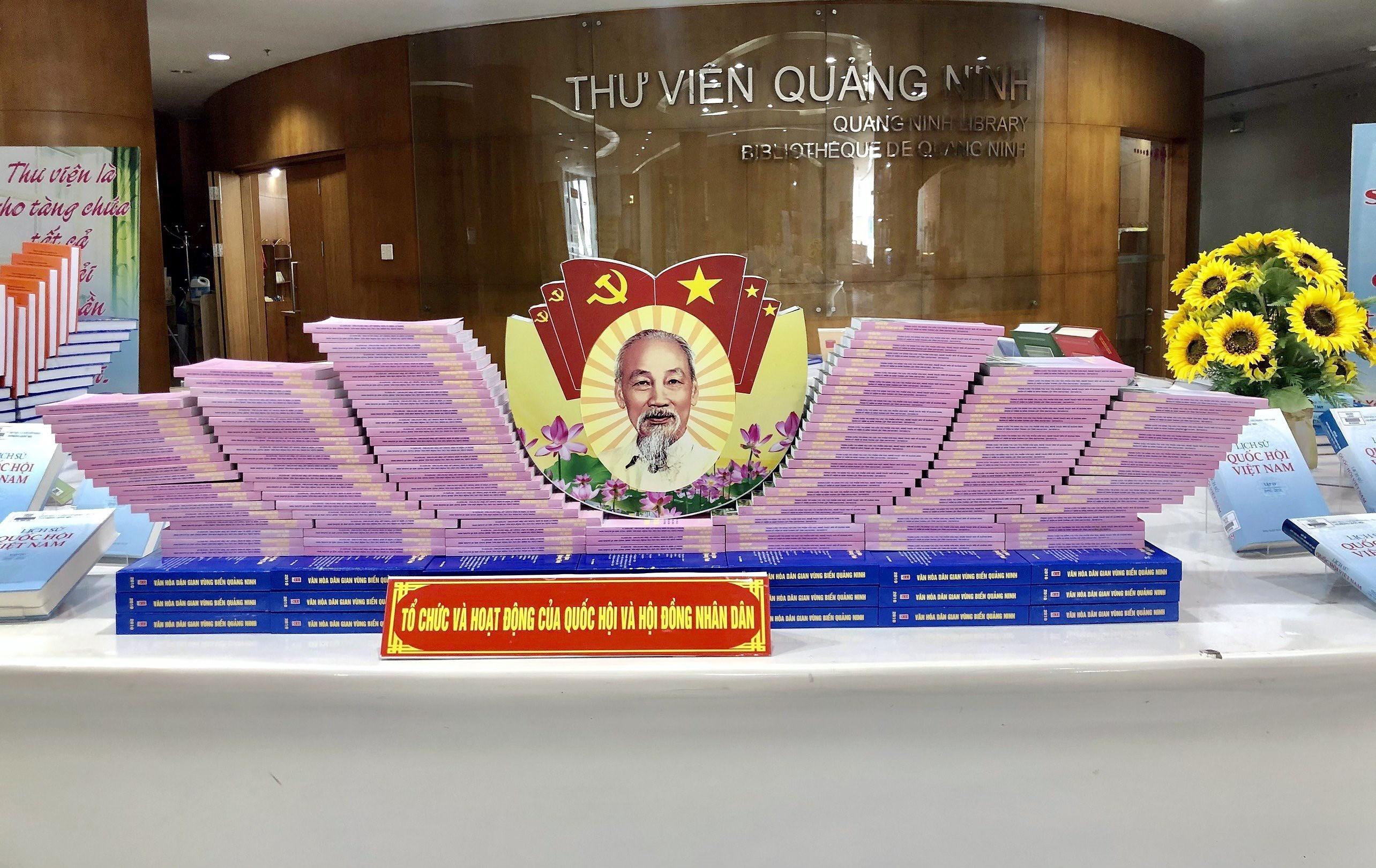 Quang Ninh: exposition de livres sur les elections legislatives prochaines hinh anh 1
