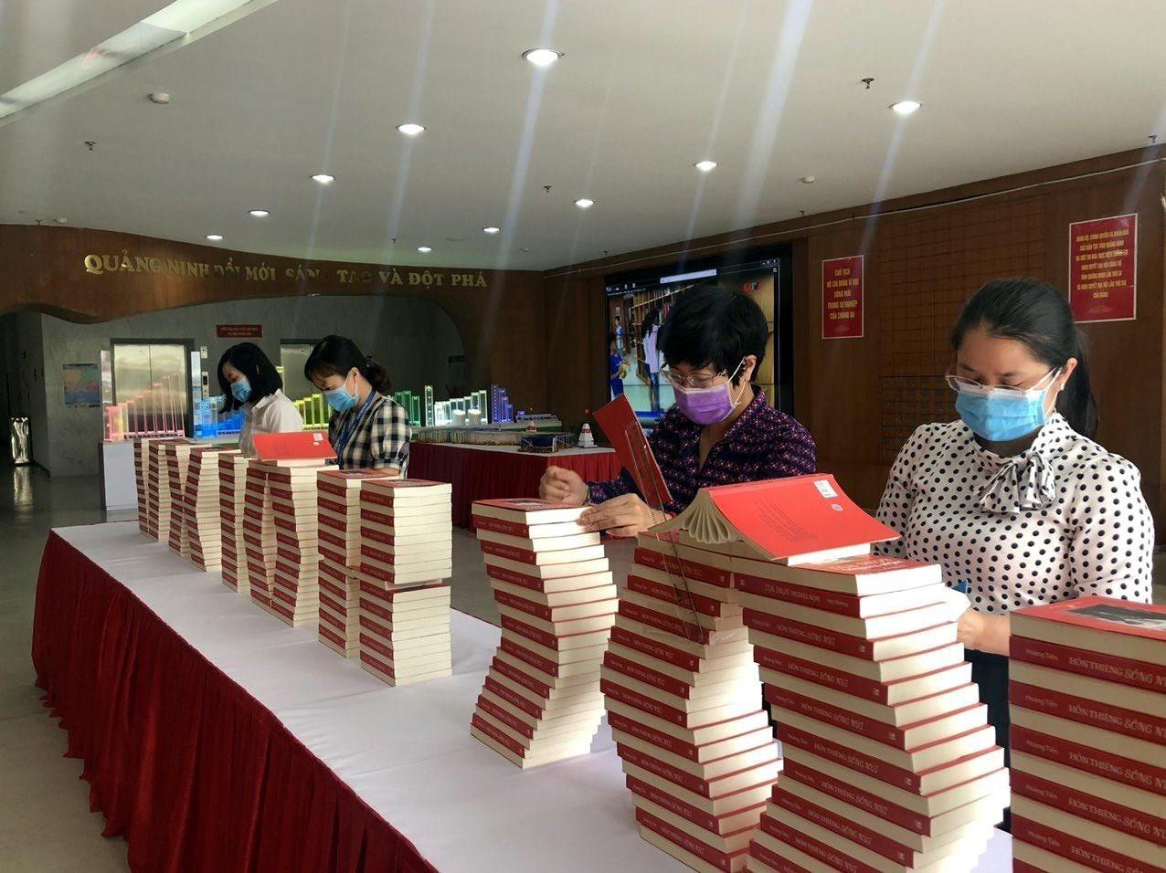 Quang Ninh: exposition de livres sur les elections legislatives prochaines hinh anh 2