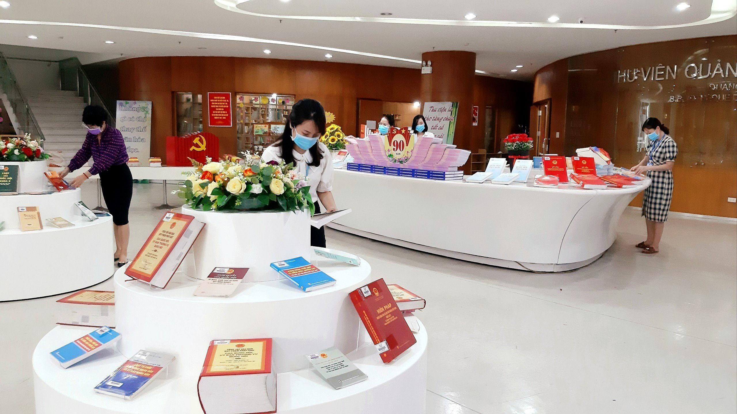 Quang Ninh: exposition de livres sur les elections legislatives prochaines hinh anh 3