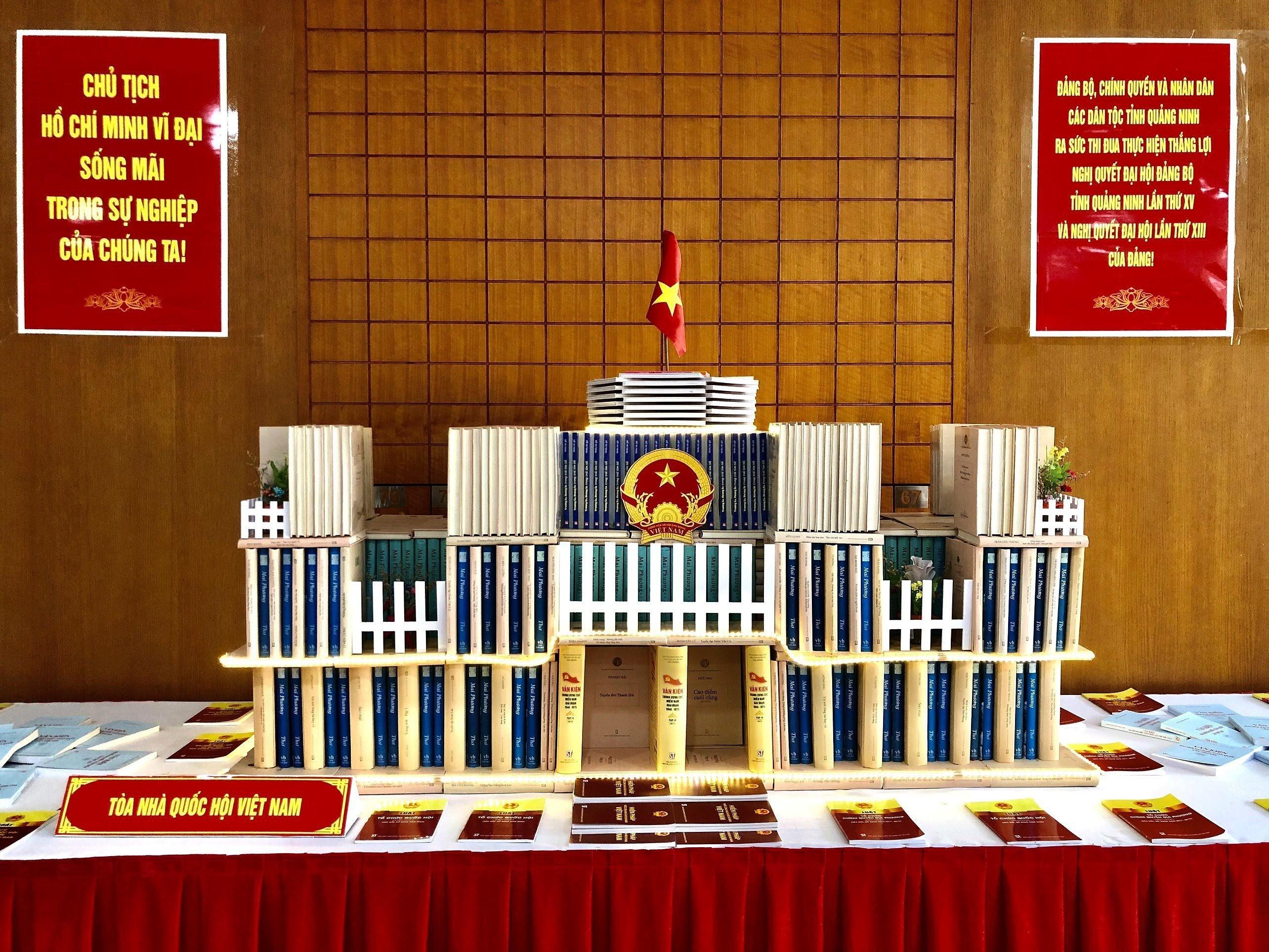 Quang Ninh: exposition de livres sur les elections legislatives prochaines hinh anh 4