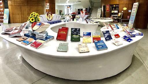 Quang Ninh: exposition de livres sur les elections legislatives prochaines hinh anh 5