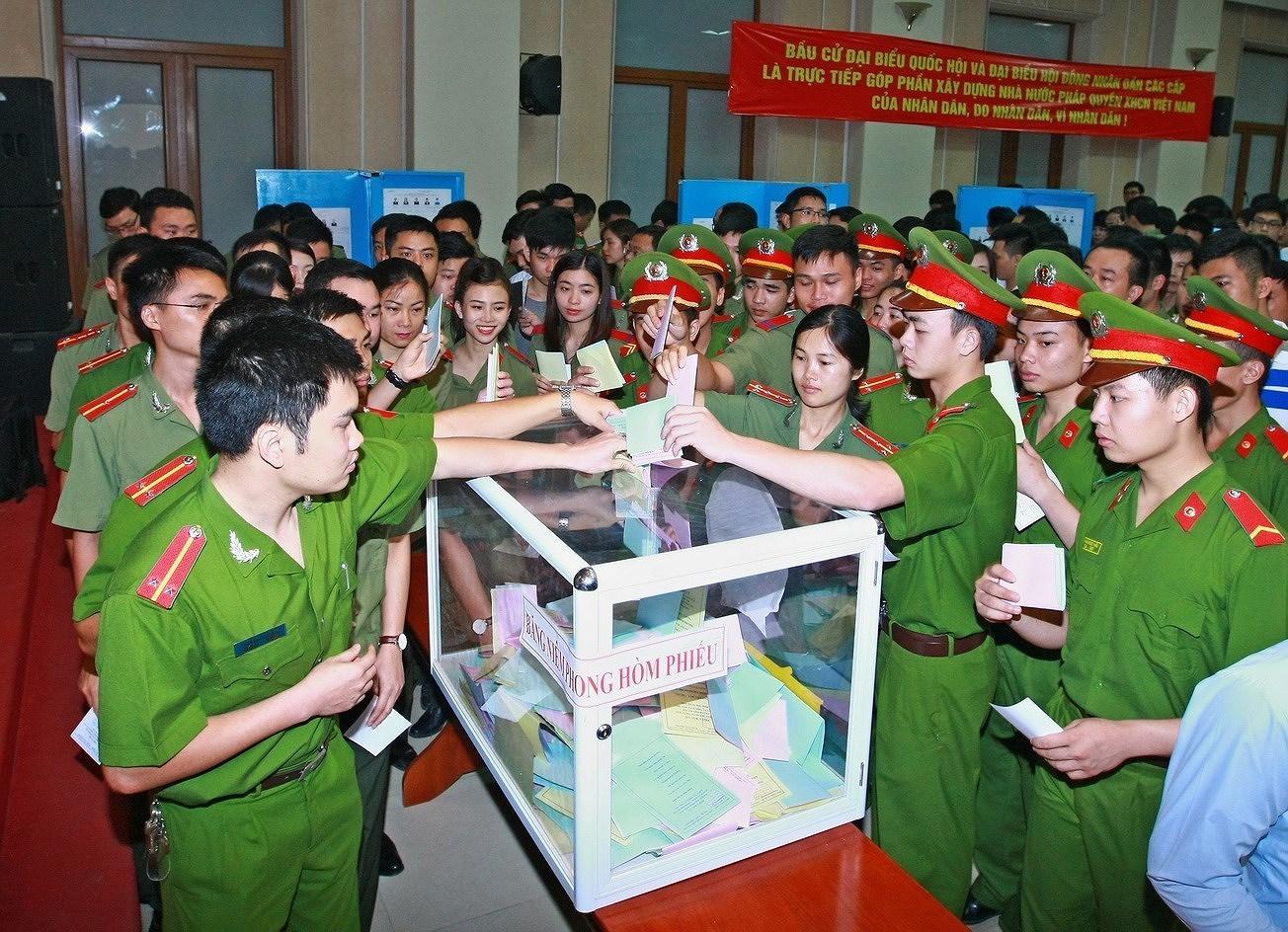 Elections legislatives et des membres des Conseils populaires de tous niveaux : la Fete du peuple hinh anh 4